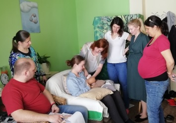 skupinka nastávajících maminek na předporodním kurzu kojení